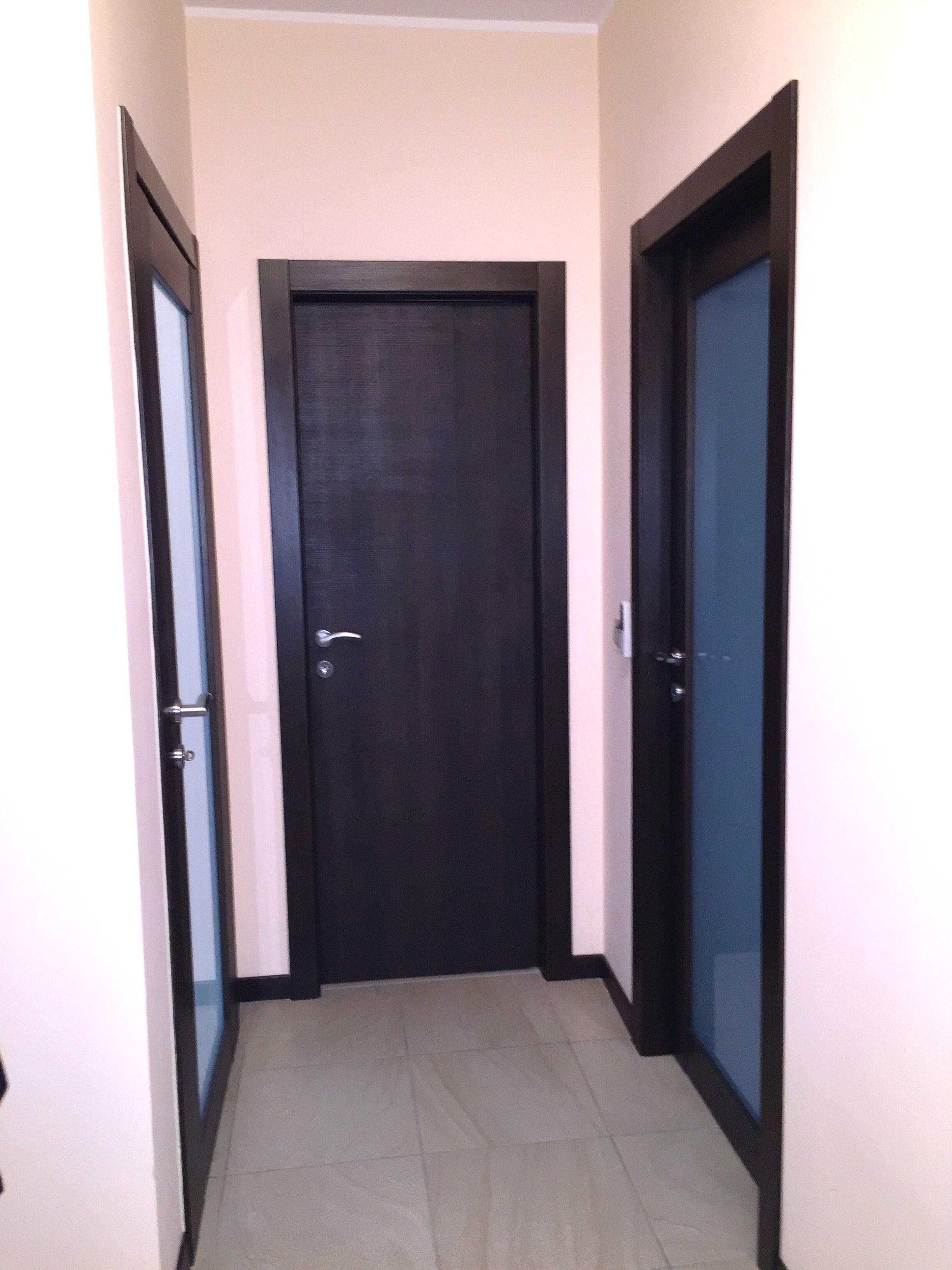 Porte interne in melaminico  con cerniere a scomparsa , serratura magnetica e battente complanare alle cornici.