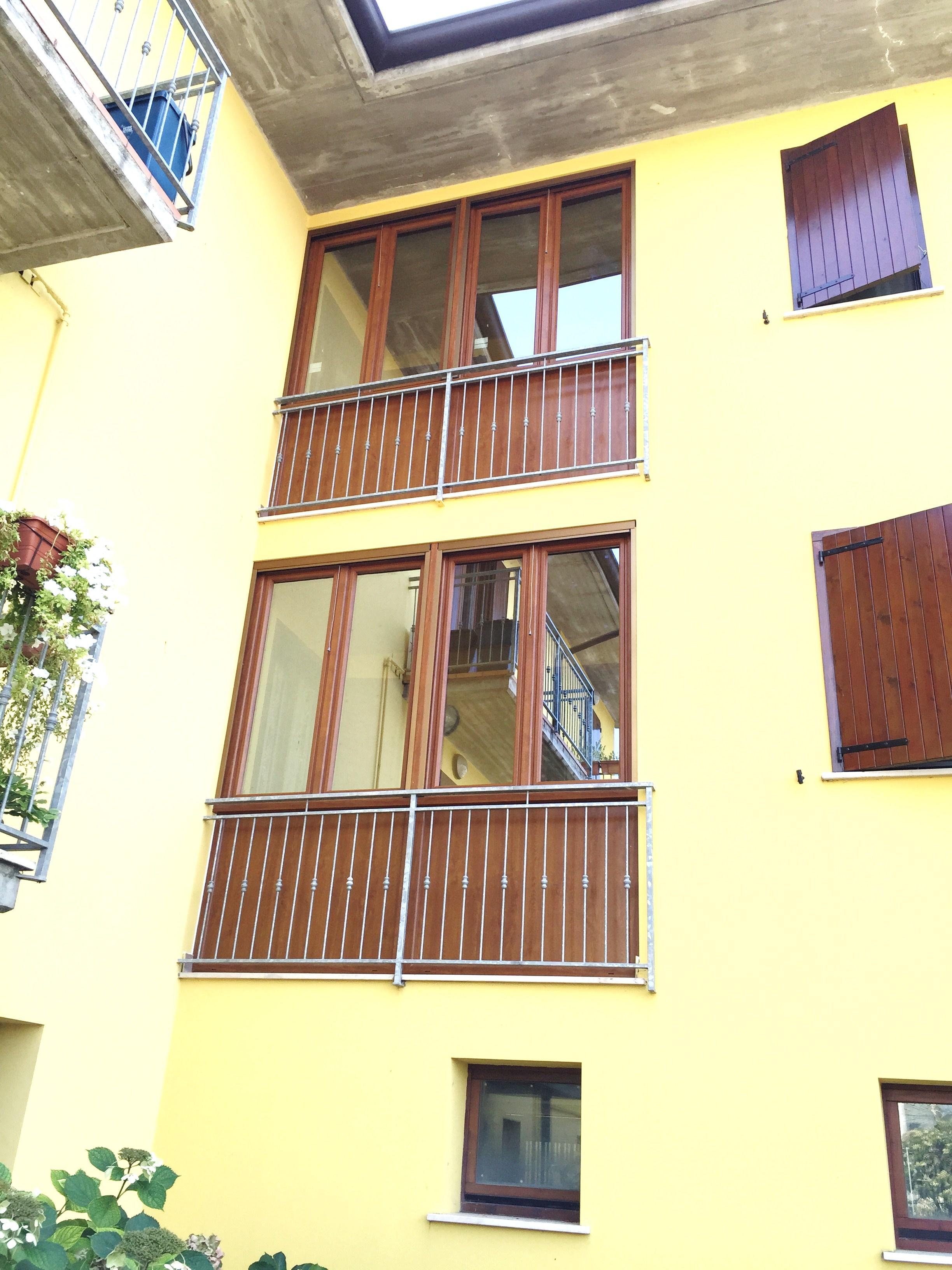Chiusura balconi con serramenti in pvc , abitazioni a Asola (MN).