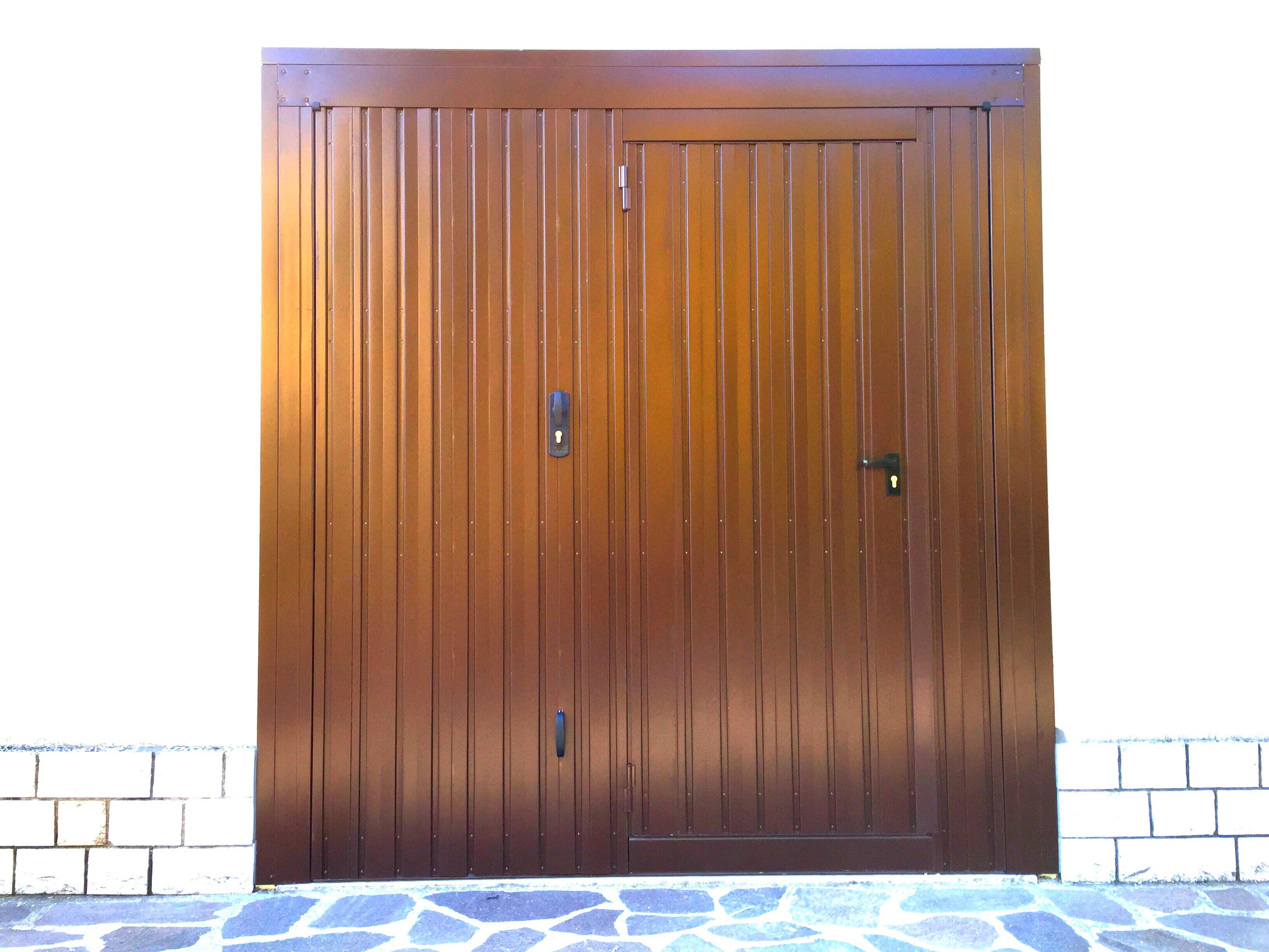 Sostituzione senza opere murarie di porta basculante da garage in acciaio zincato  e verniciato , con portina pedonale integrata , abitazione a Castelverde (CR).