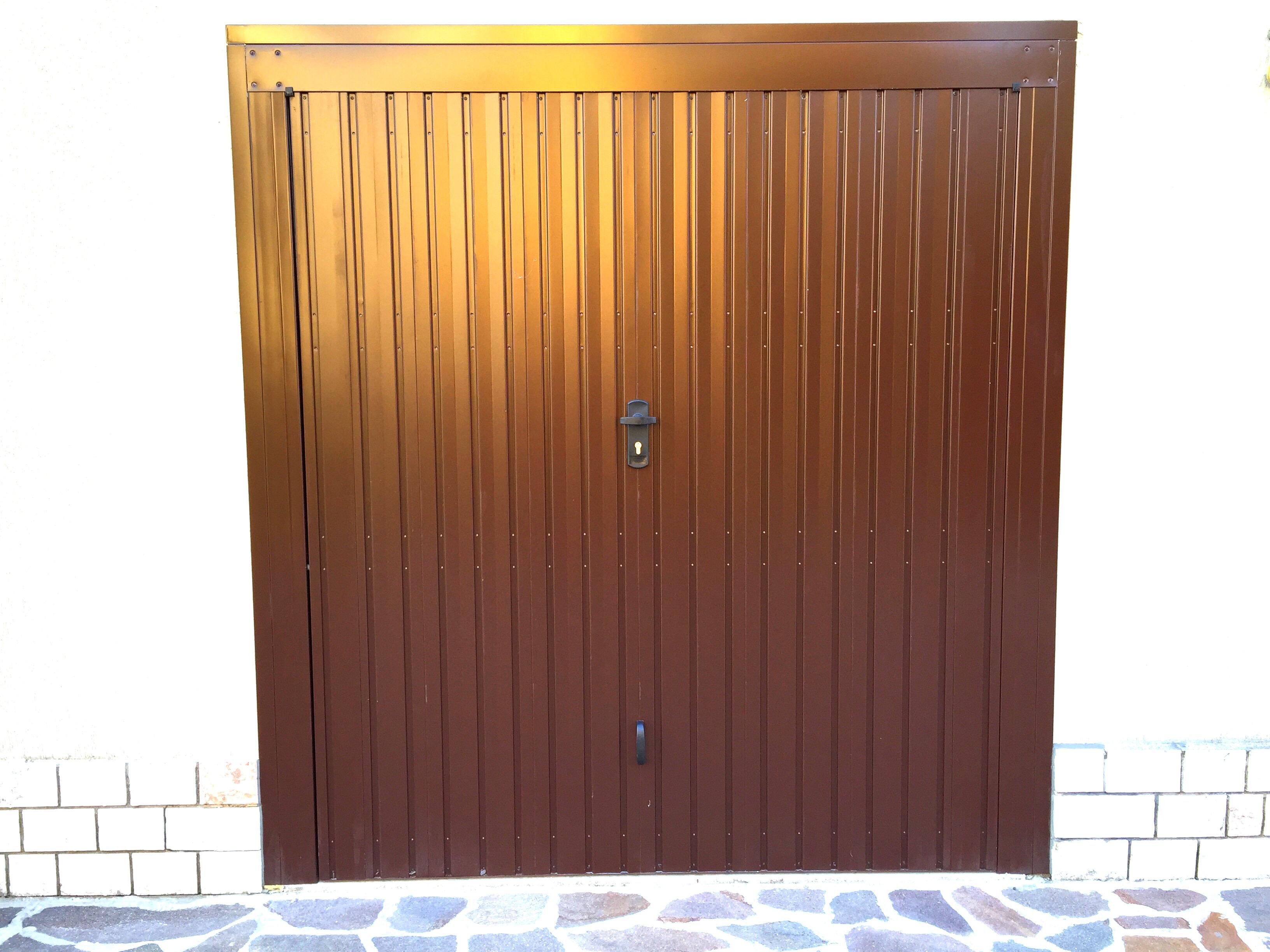 Sostituzione senza opere murarie di porta basculante da garage in acciaio zincato  e verniciato  , abitazione a Castelverde (CR).